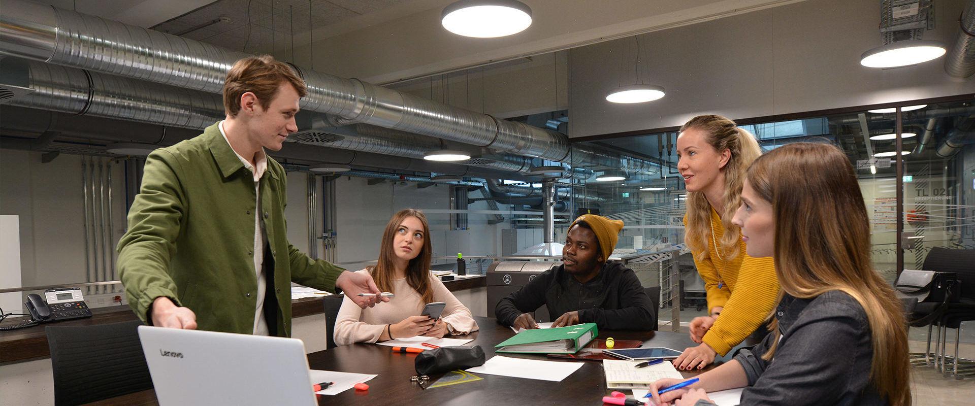 Gruppe Studierende des Masterstudiengangs Textil- und Bekleidungsmanagement bei einer Projektbesprechung