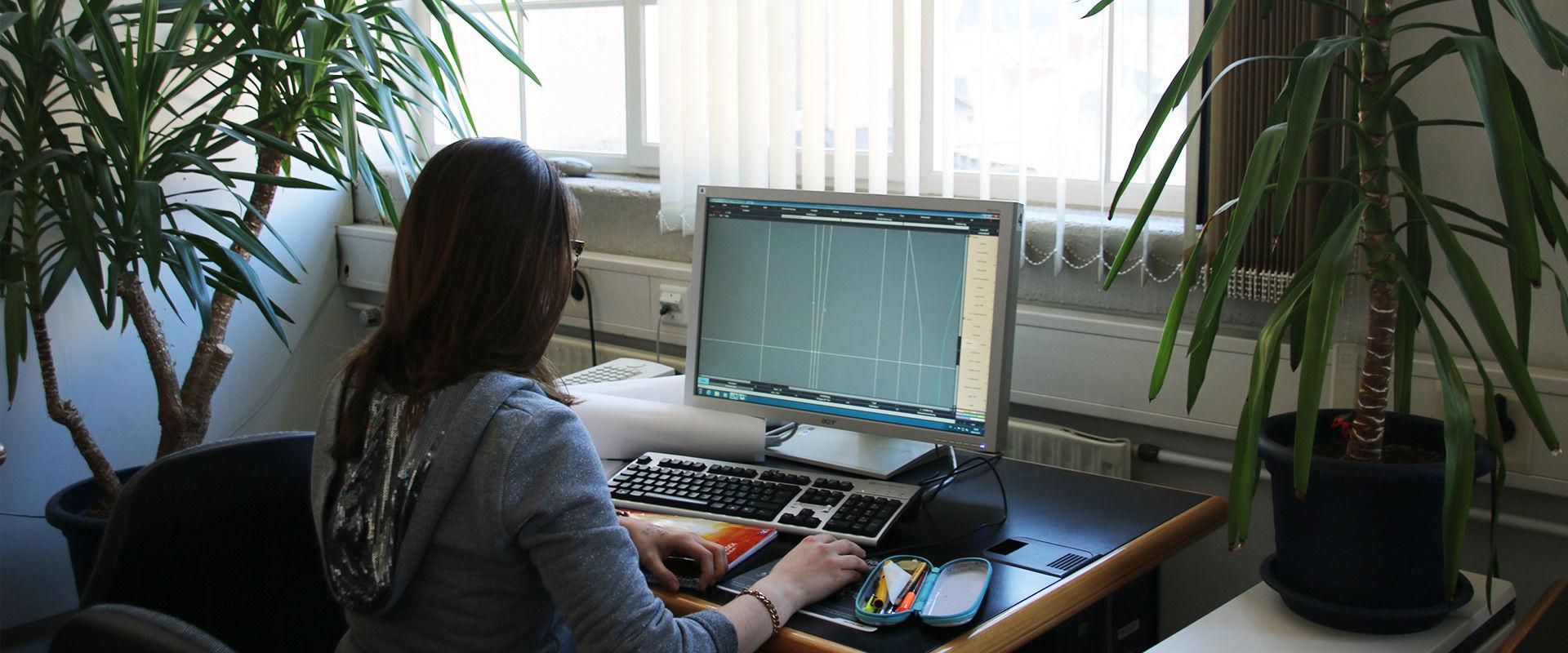 Studentin des Bachelorstudiengangs Textil- und Bekleidungstechnologie arbeitet an der CAD Software