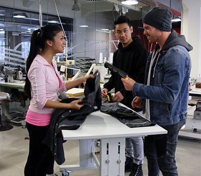Studierende des Studiengangs Textil- und Bekleidungstechnologie bei der Produktenwicklung im Fertigungslabor